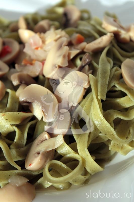 tagliatelle ciuperci detaliu Tagliatelle cu ciuperci marinate Slabuta