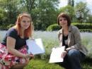 simina diana doua fete responsabile 130x98 Strangere semnaturi pentru Prima Petitie Nationala pentru dreptul la o viata sanatoasa, in Parcul Cismigiu
