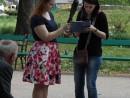simina voluntar strangere semnaturi petitie 130x98 Strangere semnaturi pentru Prima Petitie Nationala pentru dreptul la o viata sanatoasa, in Parcul Cismigiu