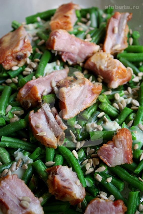 Fasole verde cu costita si gorgonzola Fasole verde cu costita afumata, seminte si gorgonzola (la abur)